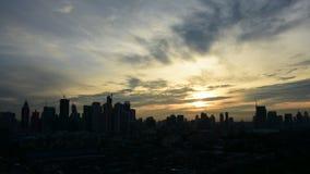Arquitetura da cidade e transporte no tempo do por do sol da noite, Timelapse filme