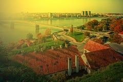 Arquitetura da cidade em Novi Sad, Sérvia, na luz 1 do por do sol Fotografia de Stock Royalty Free