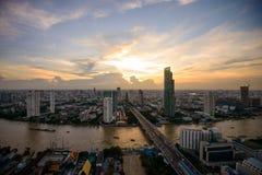 Arquitetura da cidade em torno do rio de Chao Phraya Fotos de Stock Royalty Free