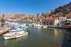 Arquitetura da cidade em um dia ensolarado, ilhas da cidade de Symi de Dodecanese, Grécia imagens de stock