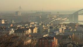 Arquitetura da cidade enevoada alaranjada Kiev do nascer do sol, Ucrânia, vídeo da metragem 4k video estoque