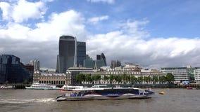 Arquitetura da cidade financeira do distrito de Londres, centro de negócios, barcos em Thames River filme
