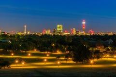 Arquitetura da cidade iluminada de Londres na noite Fotografia de Stock Royalty Free