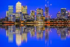 Arquitetura da cidade iluminada em Canary Wharf, um distrito financeiro principal Imagem de Stock