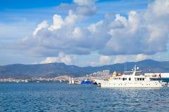 Arquitetura da cidade litoral com navios amarrados Izmir, Turquia Fotografia de Stock Royalty Free