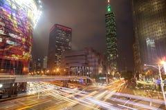 Arquitetura da cidade da luz da noite do arranha-céus de Taipei 101 com experimentação clara na rua fotografia de stock royalty free