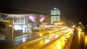 Arquitetura da cidade moderna, vista na estrada e centros de negócios iluminados, vida urbana da noite filme