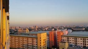 Arquitetura da cidade na manhã Sun Fotos de Stock Royalty Free