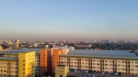 Arquitetura da cidade na manhã Sun Imagens de Stock Royalty Free