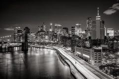 Arquitetura da cidade na noite do distrito financeiro do Lower Manhattan com arranha-céus iluminados Preto & branco de New York C fotos de stock royalty free
