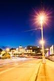 Arquitetura da cidade na noite em Moscou motorway imagens de stock