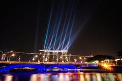 Arquitetura da cidade na noite, Singapura de Singapura - 30 de julho de 2011 Imagens de Stock Royalty Free