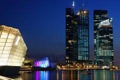 Arquitetura da cidade na noite, Singapura de Singapura - 30 de julho de 2011 Imagens de Stock