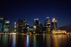 Arquitetura da cidade na noite, Singapura de Singapura - 30 de julho de 2011 Foto de Stock Royalty Free