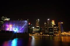 Arquitetura da cidade na noite, Singapura de Singapura - 30 de julho de 2011 Fotografia de Stock Royalty Free