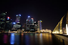 Arquitetura da cidade na noite, Singapura de Singapura - 30 de julho de 2011 Imagem de Stock