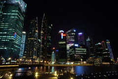 Arquitetura da cidade na noite, Singapura de Singapura - 30 de julho de 2011 Fotos de Stock