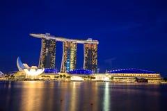 Arquitetura da cidade na noite, Singapura de Singapura - 13 de setembro de 2014 Imagens de Stock