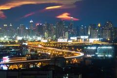 Arquitetura da cidade no crepúsculo, cidade de Banguecoque na névoa fotografia de stock