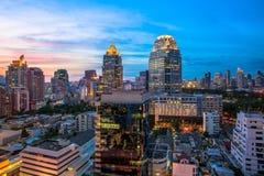 Arquitetura da cidade no crepúsculo, a cor de Banguecoque da cidade imagens de stock