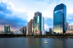 Arquitetura da cidade no crepúsculo, parque de Banguecoque na cidade imagem de stock royalty free
