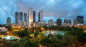 Arquitetura da cidade no crepúsculo, parque de Banguecoque na cidade fotografia de stock royalty free