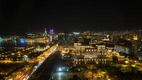 Arquitetura da cidade da noite de Baku com torres flamejantes e o Baku do centro, Azerbaijão fotos de stock royalty free