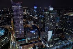 Arquitetura da cidade da noite do Polônia de Varsóvia - vista na rua de Zlota fotografia de stock royalty free