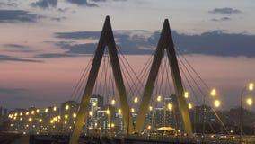 Arquitetura da cidade da noite da ponte através do rio em Kazan um dos lugares para o passeio e o turismo video estoque