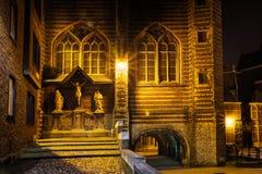 Arquitetura da cidade da noite - a vista do Vleeshuis massacra Salão, ou literalmente casa de carne e o grupo escultural que refe fotos de stock