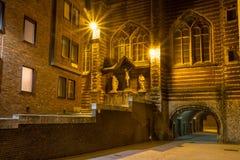 Arquitetura da cidade da noite - a vista do Vleeshuis massacra Salão, ou literalmente casa de carne e o grupo escultural que refe fotografia de stock
