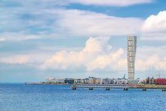 Arquitetura da cidade ocidental da área do porto de Malmo do sueco com torso de giro foto de stock royalty free