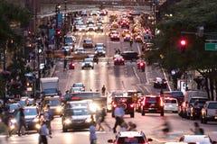 Arquitetura da cidade ocupada da noite com carros e povos na 42nd rua em New York City Imagem de Stock