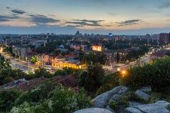 Arquitetura da cidade panorâmico da noite da cidade de Plovdiv do monte de Nebet Tepe, Bulgária foto de stock