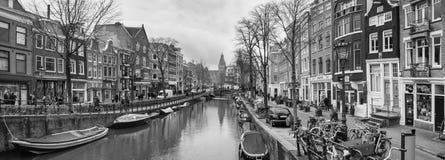 Arquitetura da cidade, panorama preto e branco - ideia do canal da cidade com barcos fotografia de stock