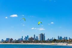 A arquitetura da cidade pitoresca de Melbourne com os surfistas do papagaio em St Kilda seja Imagens de Stock Royalty Free