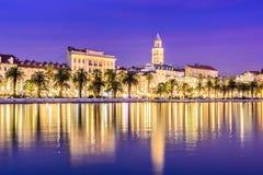 Arquitetura da cidade rachada da Croácia na hora azul Fotos de Stock Royalty Free