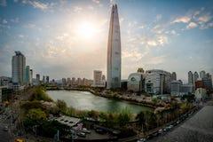 Arquitetura da cidade da skyline do centro da cidade de Seoul com flor de cerejeira Fotos de Stock