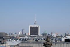 Arquitetura da cidade da torre da tevê de Berlim com céu azul fotos de stock