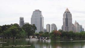 Arquitetura da cidade urbana: árvores verdes e grande lago na frente dos arranha-céus na baixa Construções da elevação e pa vídeos de arquivo