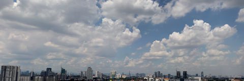 Arquitetura da cidade urbana com o céu nebuloso azul Fotos de Stock