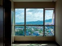 Arquitetura da cidade, vista da janela de vidro na construção fotos de stock royalty free