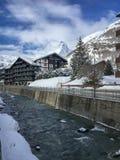 Arquitetura da cidade Zermatt com o rio de Matterhorn e de Mattervispa fotografia de stock royalty free