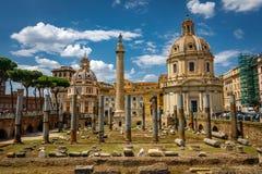 Arquitetura da coluna de Roma Trajan no centro da cidade de Roma foto de stock royalty free