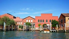 Arquitetura da construção, barcos do cais e canal Fotografia de Stock Royalty Free