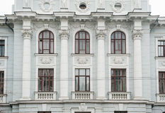 Arquitetura da construção histórica com Windows e as colunas Fotos de Stock Royalty Free