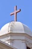 Arquitetura da igreja e cruz vermelha Fotografia de Stock Royalty Free