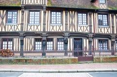 arquitetura da vila Beuvron-en-Auge em França imagens de stock royalty free
