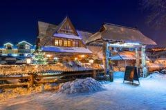 Arquitetura de madeira de Zakopane na noite nevado, Polônia Imagens de Stock Royalty Free