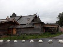 Arquitetura de madeira do russo A herdade Bogoslovka foto de stock